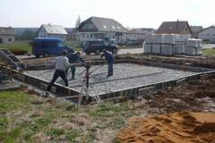 1) Na připravený zhutněný rostlý terén navezeme kamennou drť a opět hutníme. Následuje instalace bednění základové desky.