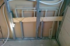 10) Instalace ZTI a elektroinstalace v sádrokarton příčce – podkroví. Potrubí bude ještě ochráněno miralonem.