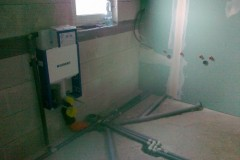 11) Příprava na koupelnu a toaletu v podkroví.