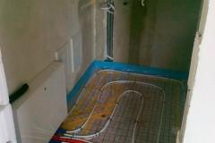 15) Technická místnost před dokončením – již byl instalován rozvaděč podlahového topení.