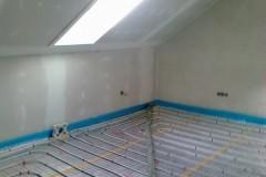 16) Instalace podlahového topení v podkroví, sádrokartony hotové – můžeme betonovat.