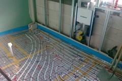 17) Podlahové topení vynecháváme nejen v prostoru kuchyňské linky ale také pod vanou.