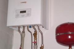 18) Plynový kotel pro centrální vytápění a ohřev TUV