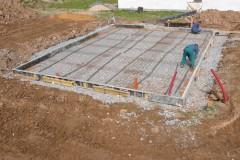 2) Před samotným navezením a hutněním kamenné drti je nutné připravit přípojky sítí. Jakmile je instalováno bednění základové desky, je možné na distanční podložky pokládat armaturu – výztuž betonových konstrukcí.