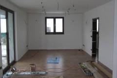 22) Interiér po pokládce laminátové plovoucí podlahy a následné instalaci obložkových zárubní.