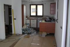 24) Instalace kuchyňské linky. Dle přání zákazníka je možné připravit rozvody elektroinstalace pro bodová světla.