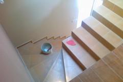 25) Obklad schodiště keramickým obkladem. Naše nabídka samozřejmě obsahuje i možnost nášlapné vrstvy schodiště masivním dřevem.