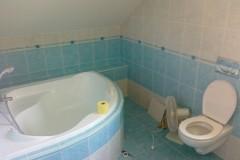 28) Koupelna s rohovou vanou v podkroví.