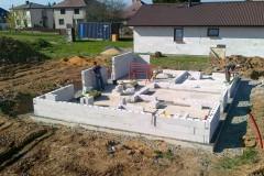 3) Po dostatečné technologické pauze na vyzrání základové desky je možná pokládka hydroizolace pod stěny a začínáme stavět.