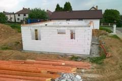 4) Po vyzdění obvodových stěn a příček uděláme armovaný věnec, stavba připravena na realizaci krovu.