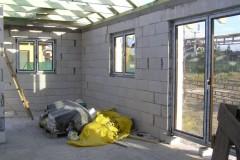 5.5) Cca do tří týdnu po vyzdění obvodových stěn (svislých nosných konstrukcí) dochází na instalaci oken, francouzských oken a vchodových dveří.