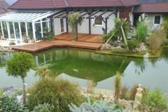 33) Většina z nás si pořizuje dům kvůli zahradě. Koupací jezírko a terasa z naší dílny :-)