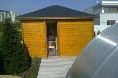 34) No a když bazén, tak proč ne i sauna. Zahradní domek, v jehož části je technické zázemí pro automatický závlahový systém a úložné prostory pro zahradní nábytek a nářadí.