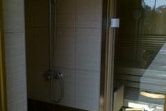 35) V zahradním domkne v prostoru sauny našel i prostor pro sprchu. Ta si najde využití nejen před a po saunování, ale také k omytí před a po vstupu do bazénu.