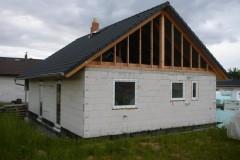 7) Jedna z možností stavby krovů a štítů. Ty je možné realizovat i ze dřevěné konstrukce. Betonová krytina firmy KM Beta stavbě sluší.