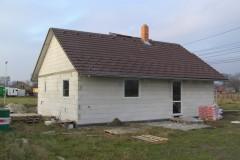 8) Střecha před doděláním. Pod krytinu je nutná instalace kontaktní difúzní folie, která je dobře viditelná ve štítech.
