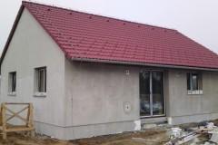 9) Na střechy dáváme sněhové tašky. Zábrany proti pádu sněhu ze střešní konstrukce. Pojišťovna Vás naše zákazníky má pak raději. Střecha doplněna hromosvodem. Zemnící páska je umístěna v dostatečné hloubce rostlého terénu, nebo je součástí základové desky.